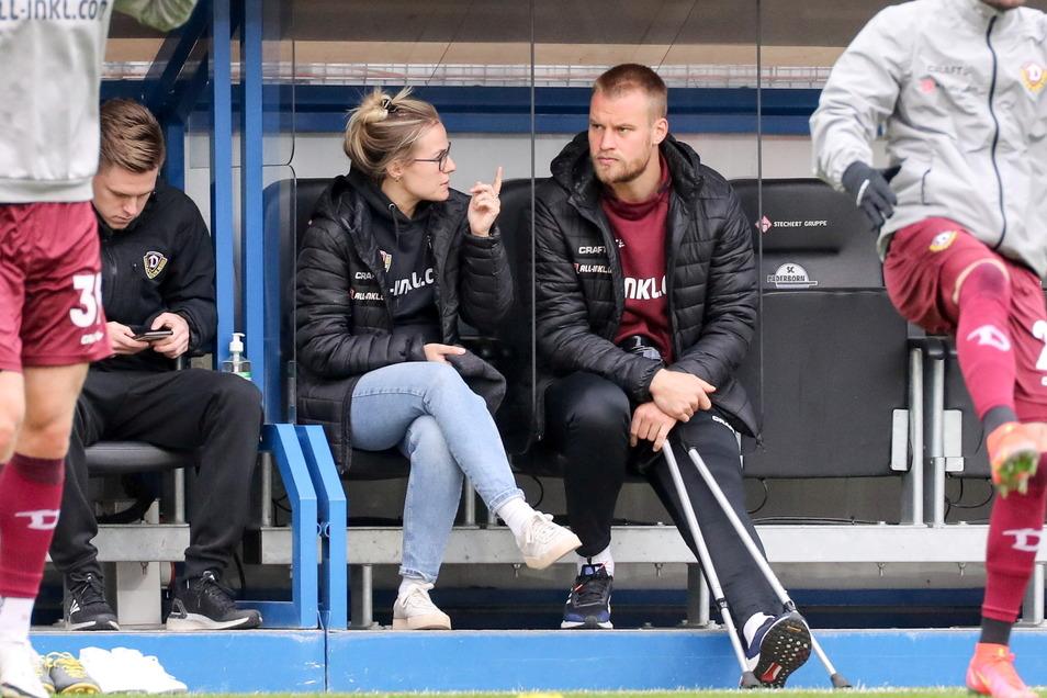 Eine Hiobsbotschaft vor dem Anpfiff: Sebastian Mai sitzt neben Teammanagerin Marie Jenhardt auf der Bank, die Krücken verheißen nichts Gutes. Der Kapitän fehlt mit einer Knieverletzung, genaue Diagnose offen.