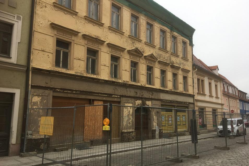 Steht zum Verkauf, die leerstehende Gabelsberger Straße 9. Das Haus ist nicht unter Schutz, aber stark verfallen. SZ-Informationen zufolge kostet es 80.000 Euro.