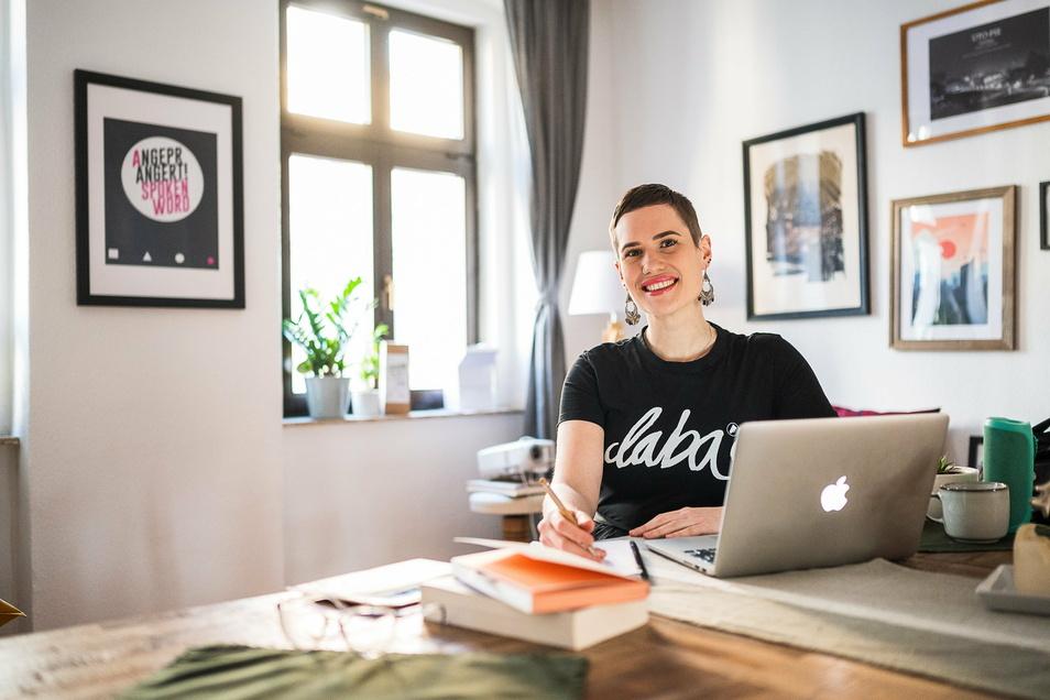 Jessy James LaFleur in ihrem Homeoffice, von wo aus sie online literarisch mit Jugendlichen arbeitet.