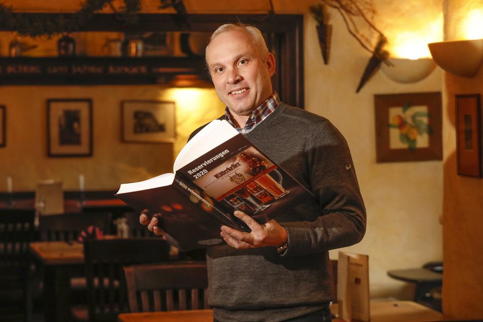 """Henryk Haußer-Knabe mit dem Reservierungsbuch vom """"Dornspachhaus"""" in Zittau."""