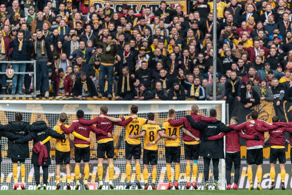Es wirkt wie ein Bild aus längst vergangenen Tagen, dabei ist es noch keinen Monat her. Am 8. März feierten Spieler und Fans von Dynamo Dresden im mit gut 30.000 Zuschauern ausverkauften Rudolf-Harbig-Stadion den 2:1-Sieg im Sachsenderby gegen Erzgebirge