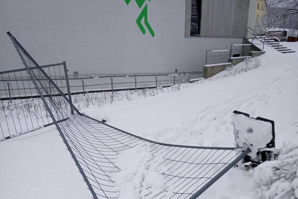 Im Bereich der großen Sporthalle waren die Täter einer Bauzaun um um beschädigten ihn.
