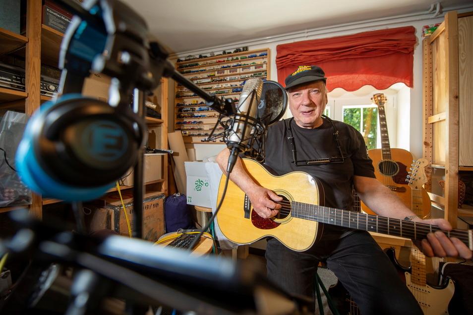 In seinem Musikzimmer in Radebeul schreibt und übt Christian Herzog seine Lieder. Auch im Alter von 70 Jahren ist der Musiker noch technikbegeistert und immer noch auf der Suche nach neuer Inspiration.