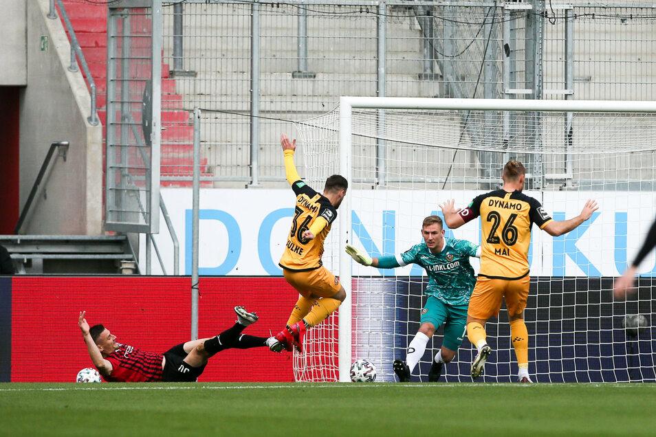 Es war die entscheidende Szene des Spiels. In der 5. Minute foulte Max Kulke (Nr. 36) seinen Gegenspieler Stefan Kutschke und sieht Rot.