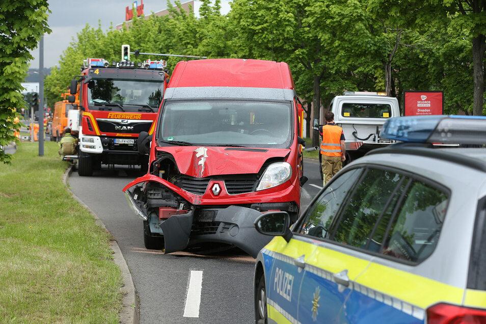 Der Fahrer des roten Transporters ist unverletzt geblieben.