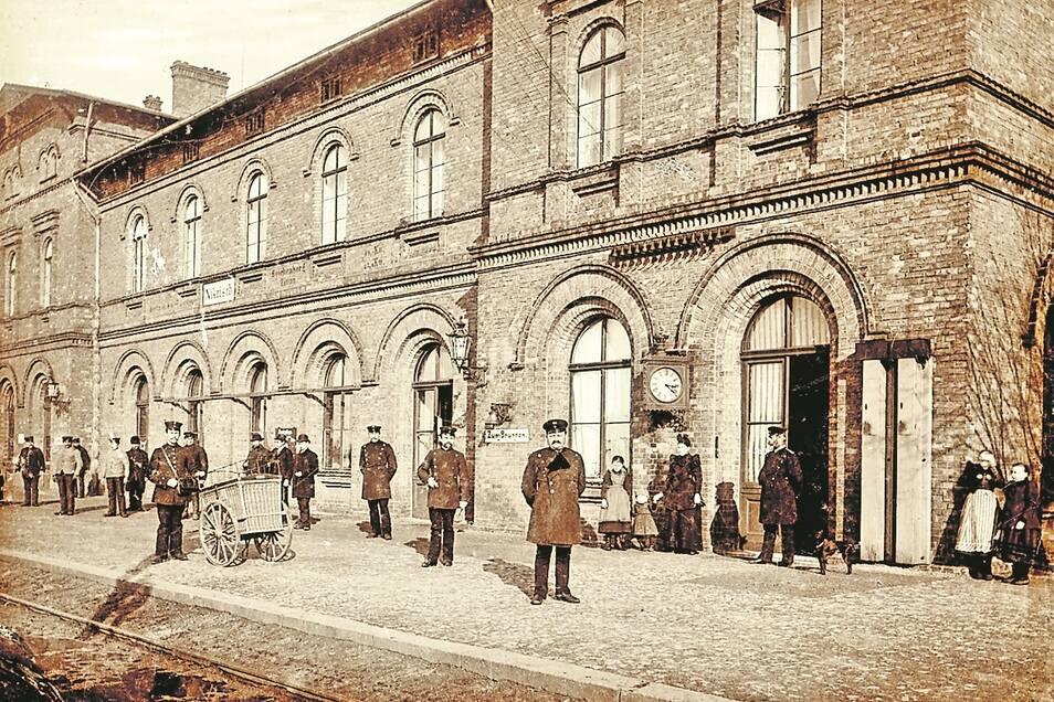 Auf dem Hausbahnsteig des Bahnhofes Nikrisch hatten sich um 1900 die königlich preußischen Bahnbeamten, Bediensteten und Familienmitglieder dem Fotografen in Positur gestellt.