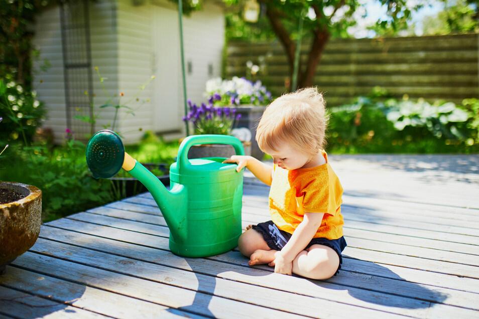Auch die ganz kleinen Familienmitglieder können schon Spaß im Garten haben.