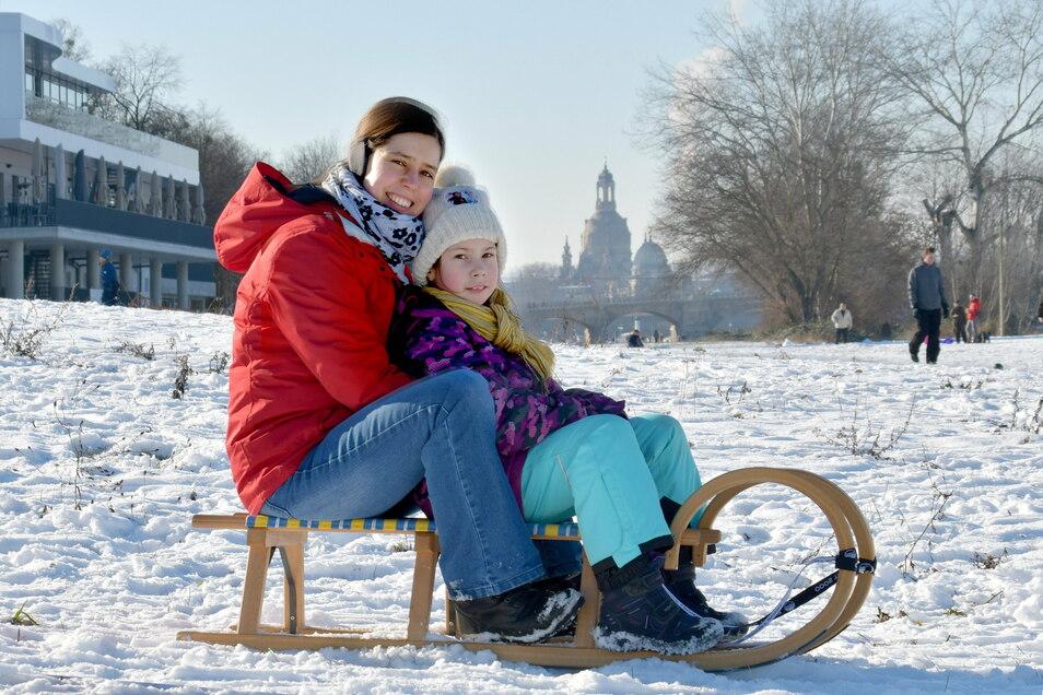 """Julia Schückel und ihre Tochter Flora bräuchten die Ferienwoche eigentlich gar nicht. """"Durch die Schualaufgaben ist der Tag gut strukturiert."""" Nun hoffen sie zumindest auf Rodelwetter."""