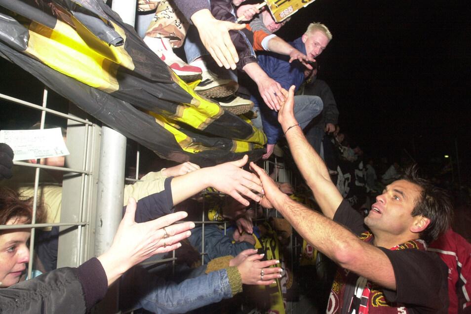 Bei den Fans ist Ulf Kirsten hüben wie drüben beliebt. Mit Dynamo Dresden wird er DDR-Meister 1988/89 sowie 1989/90, gewinnt 1985 und 1990 den FDGB-Pokal; mit Bayer Leverkusen wird er 1993 DFB-Pokalsieger, zieht 2002 ins Champions-League-Final ein und wird viermal Vizemeister. Archivfoto: SZ/Thomas Lehmann