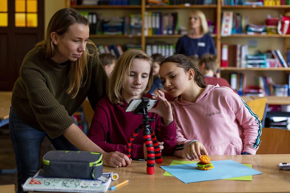 Stella (li.) und Nele erstellen im Digi-Camp einen Trickfilm und lernen dabei spielerisch den sicheren Umgang mit dem Smartphone.