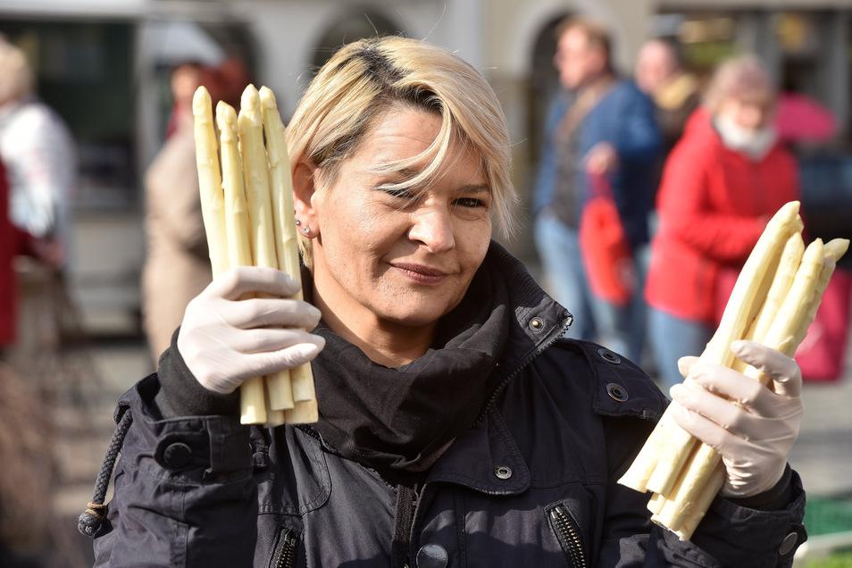 Franziska Rapp freut sich, den ersten Spargel aus Preschen zu verkaufen.