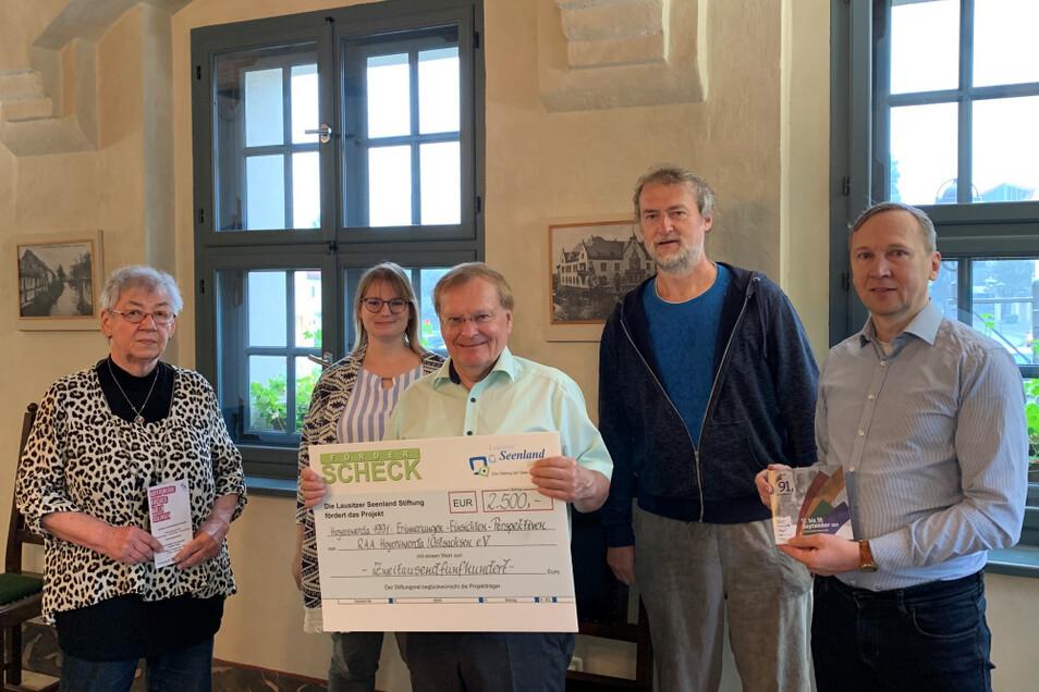 """Thomas Delling, Vorstand der Lausitzer Seenland Stiftung, überbrachte einen Scheck zur Unterstützung des Gedenkwochenendes """"Hoyerswerda 1991""""."""