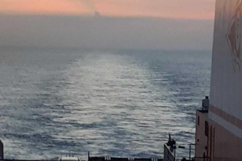 Noch vom Schiff aus sah man die Aschewolke aus weiter Ferne.