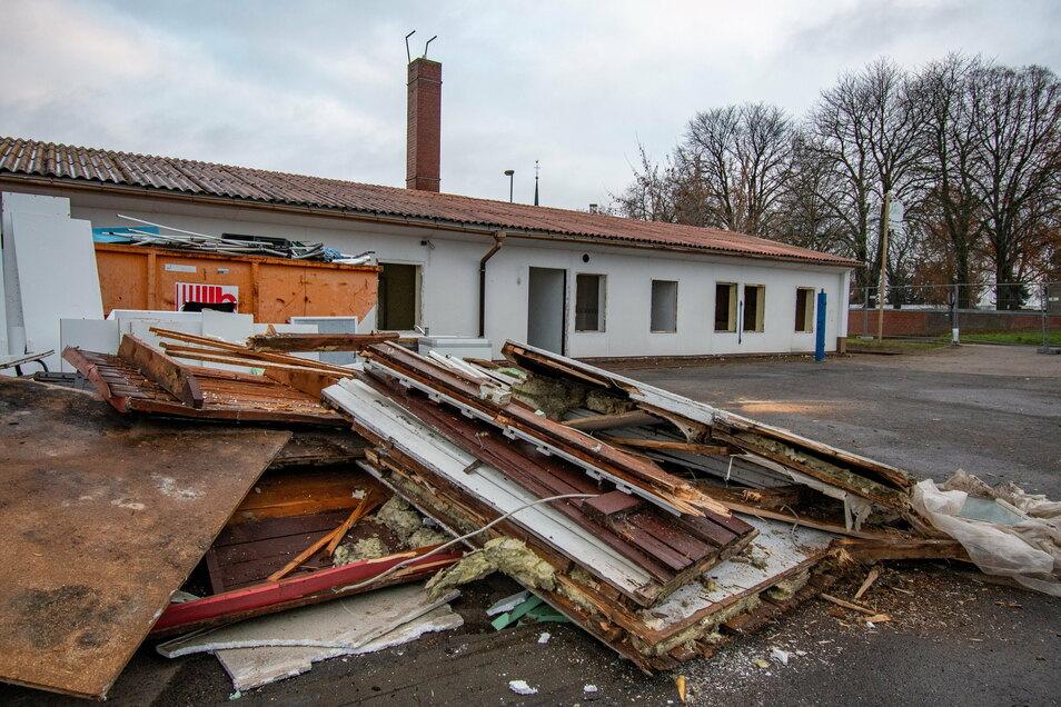 Bevor das alte Vereinsheim des SV 90 Ostrau abgerissen wird, haben es die Vereinsmitglieder entkernt.