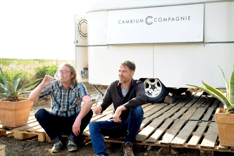 Martin Biedermann (links) und Dirk Dobiéy betreiben das Sekt und Weingut Cambium Compagnie im Käbschütztaler Mauna. Zu Himmelfahrt eröffnen sie erstmals eine Besenwirtschaft im Weinberg.