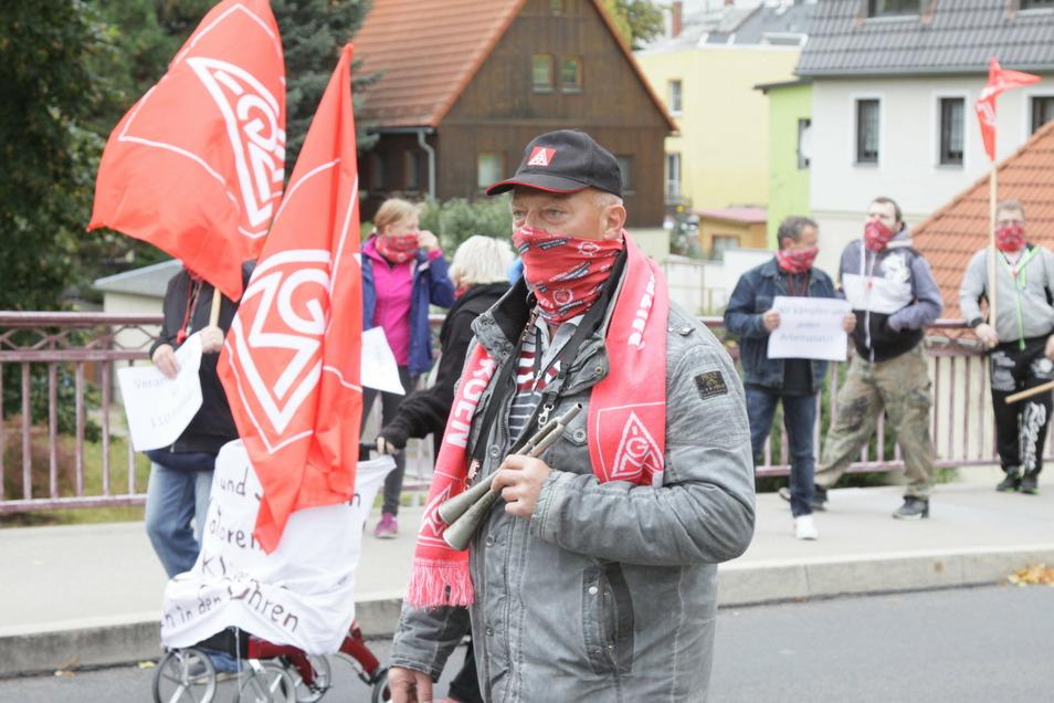 Mehrmals sind die Roßweiner Schmiedewerker mit ihrem Betriebsratschef Hans-Joachim Porst (vorn Mitte) auf die Straße gegangen, um für den Erhalt ihrer Arbeitsplätze zu demonstrieren.