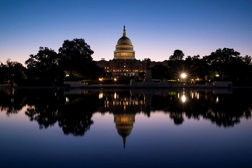 Washington: Der Himmel leuchtet bei Morgendämmerung blau über dem Kapitol, wo der Kongress für das neue Haushaltsgesetz gestimmt hat.