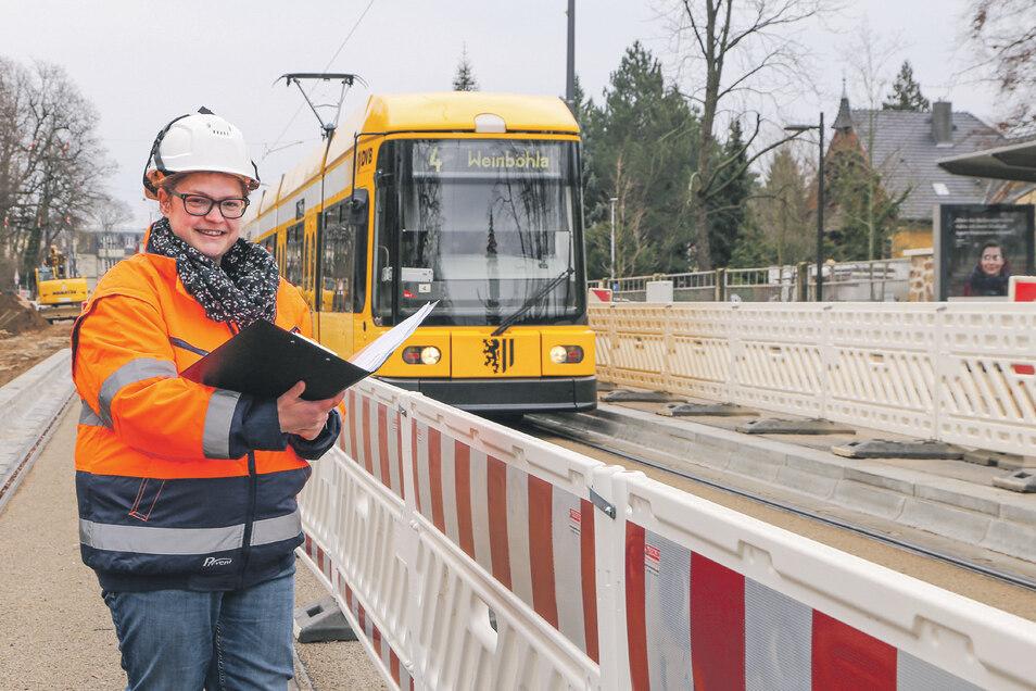 DVB-Bauleiterin Antje Zeibig koordiniert die Arbeiten an den Straßenbahngleisen, an der neuen Haltestelle Zillerstraße und an der Fahrleitungsanlage. Ab Juni können Straßenbahnen und Autos hier wieder ohne Einschränkung fahren.
