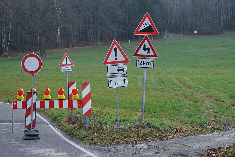Sperrschilder stehen derzeit am Ortsausgang von Obergurig in Richtung Wilthen. Die Straße über den Mönchswalder Berg ist gesperrt.