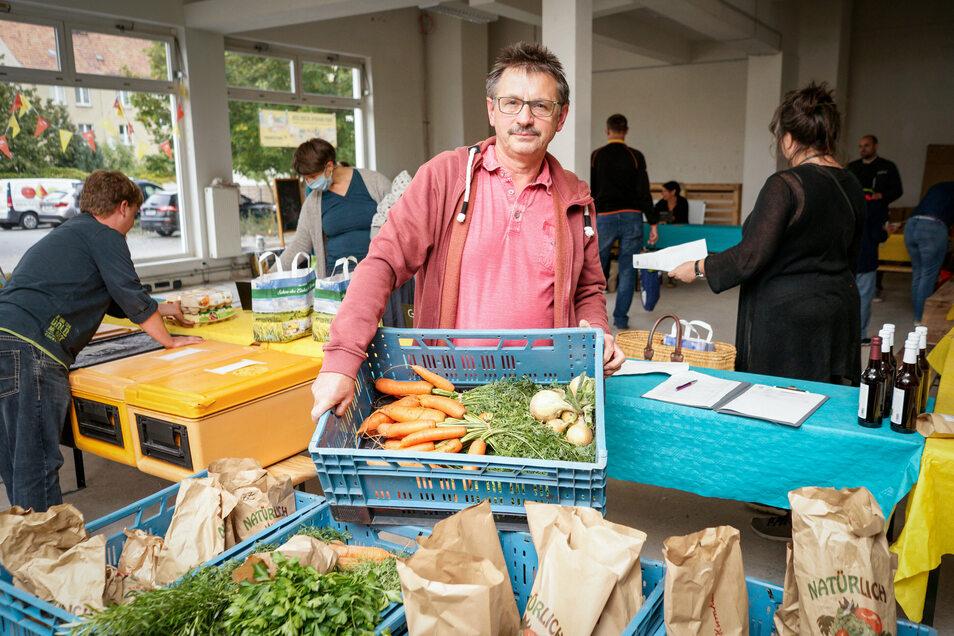 Peter Büttner von der gleichnamigen Kaffeerösterei aus Görlitz bringt zur Verteilung der Marktschwärmer Bautzen nicht nur Kaffee mit, sondern auch Gemüse von seinen Kollegen der Gärtnerei Jung aus Vierkirchen.