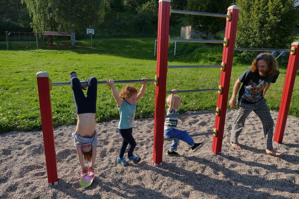 Der Spielplatz an der Feuerwehr im Döbelner Ortsteil Töpeln liegt idyllisch im Tal der Mulde.