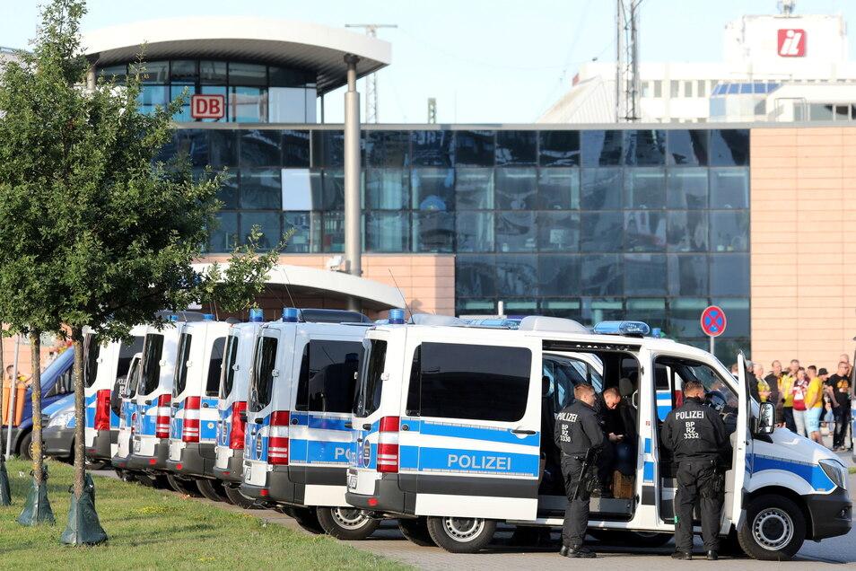 Ein großes Polizei-Aufgebot begleitet die Partie.