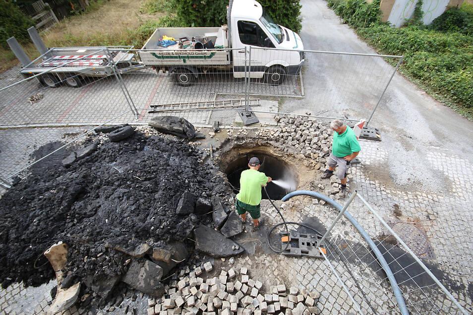 Verborgen unter einer gepflasterten Fläche wurde von Mitarbeitern der Hoyerswerdaer Firma Melde + Berthold eine alte Abwassergrube entdeckt.