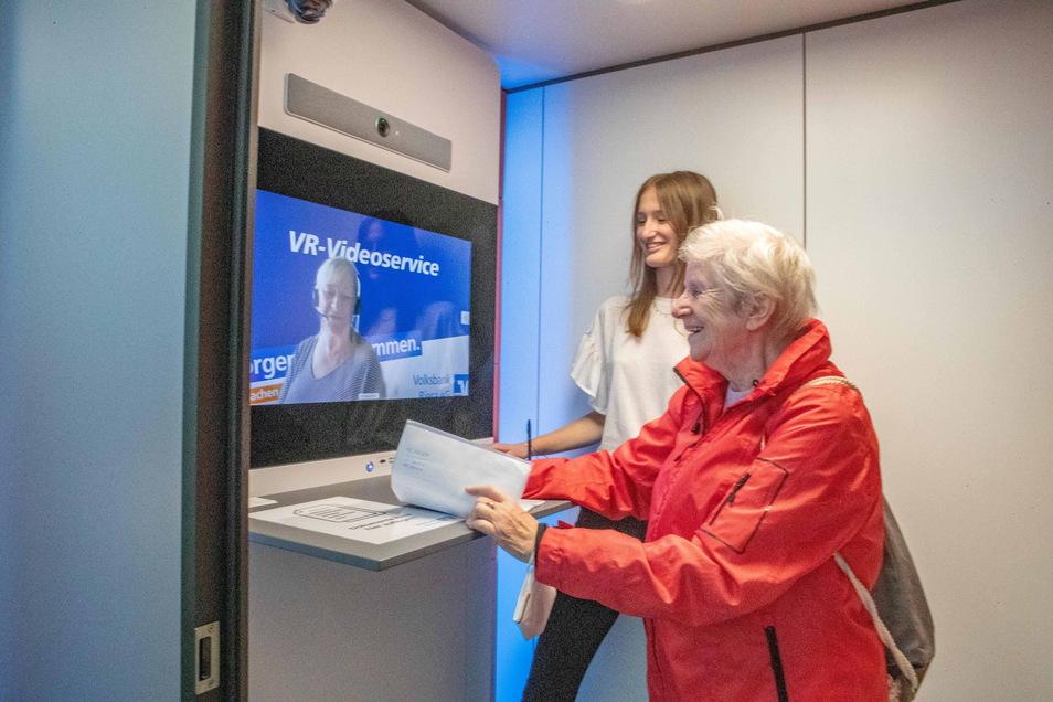 Rita Berndt (vorn) testet die neue Videokabine der Volksbank. Maxima Harsch (hinten) soll Unterstützung geben - und den Kunden vor allem die erste Scheu nehmen.