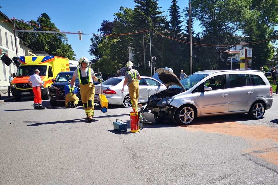 Die Feuerwehr ist mit im Einsatz gewesen, um auslaufende Betriebsstoffe zu binden und die Batterien der Autos abzuklemmen.