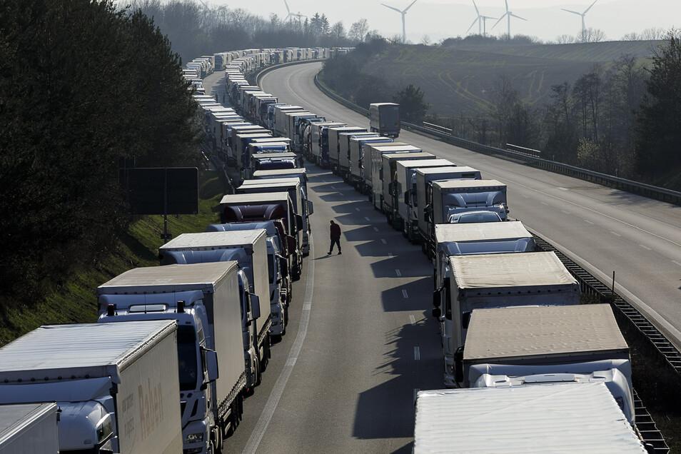 """Jetzt ist die Bundeswehr im Megastau auf der A 4 präsent. Am Donnerstagabend reicht dieser zwar """"nur"""" noch bis Weißenberg. Dennoch bedeutete das weiterhin lange Wartezeiten für die Fahrer."""