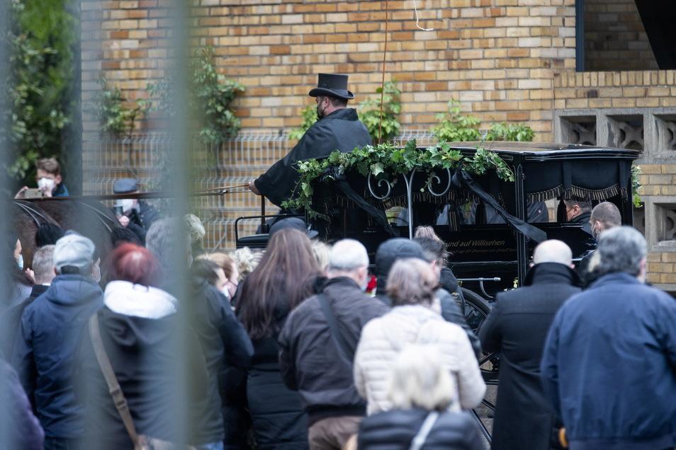 Der Sarg mit den sterblichen Überresten von Willi Herren wird mit einer Kutsche zum Grab auf dem Melatenfriedhof in Köln gefahren.