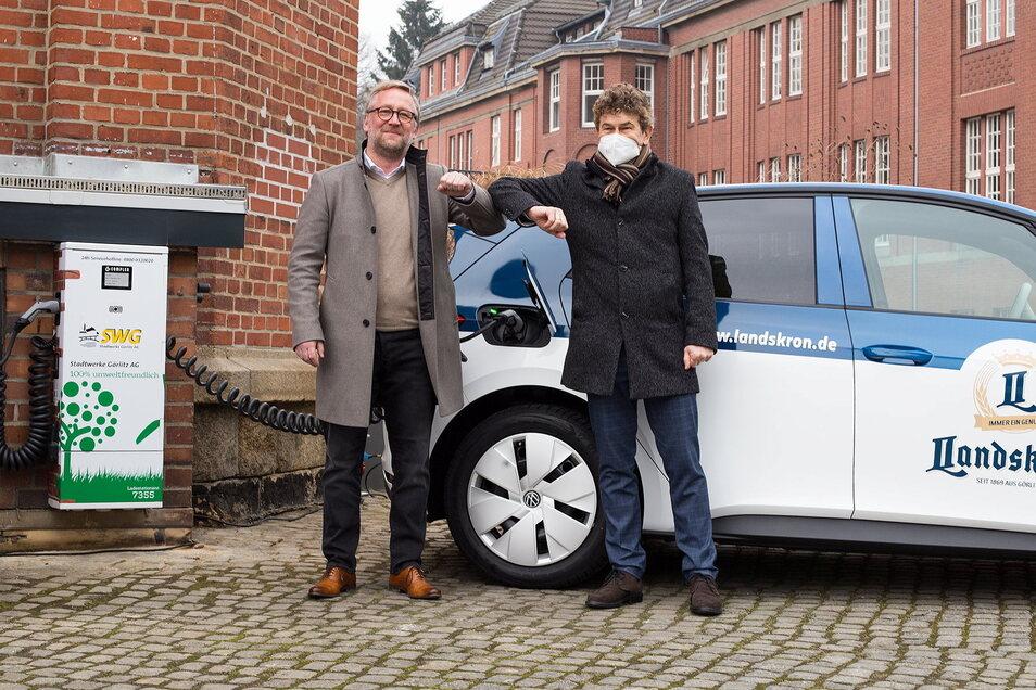 Erst kürzlich nahmen Landskron-Geschäftsführer Uwe Köhler (l.) und Stadtwerke-Chef Matthias Block auf dem Gelände der Landskron Brauerei in Görlitz eine neue öffentliche Elektro-Ladesäule in Betrieb.