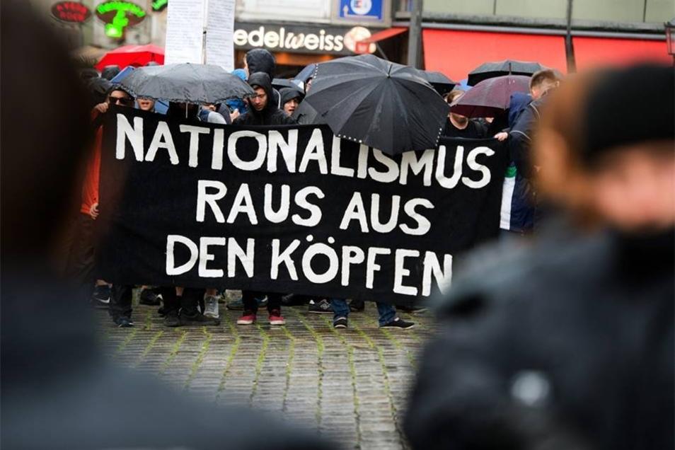 Gegner der Pegida-Kundgebung haben sich ebenfalls auf dem Neumarkt in Dresden versammelt.