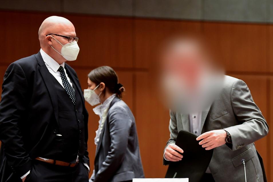 In der Stadthalle Braunschweig hat der Strafprozess des Landgericht Braunschweig gegen vier Angeklagte im VW-Abgasskandal begonnen.