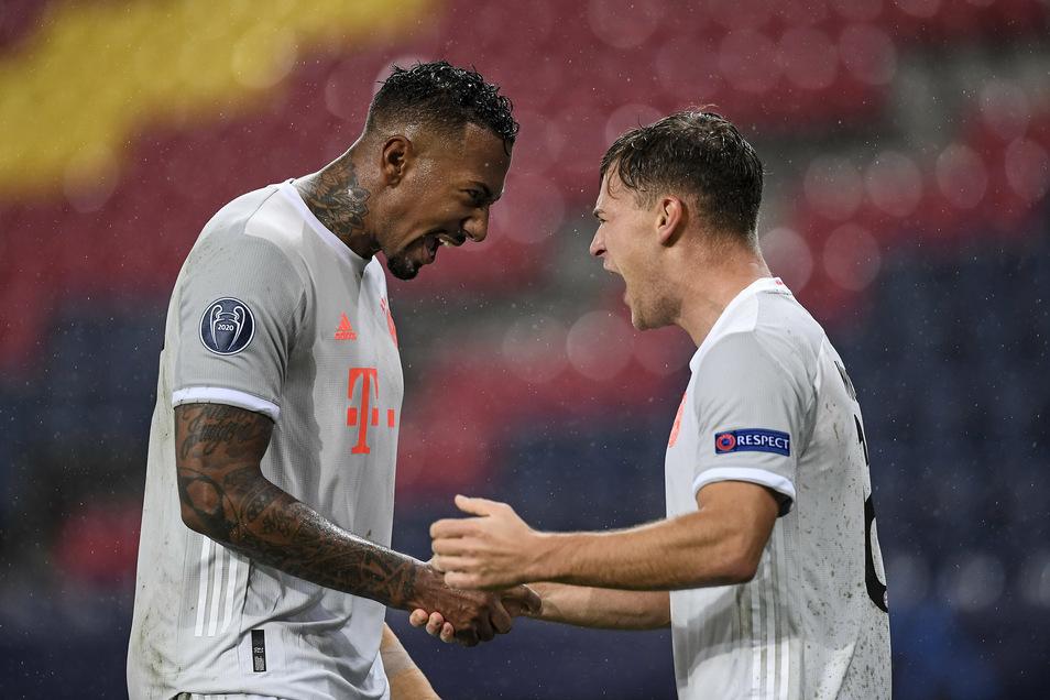 Jérôme Boateng (links) freut sich mit Joshua Kimmich über sein erstes Champions-League-Tor seit 2015.