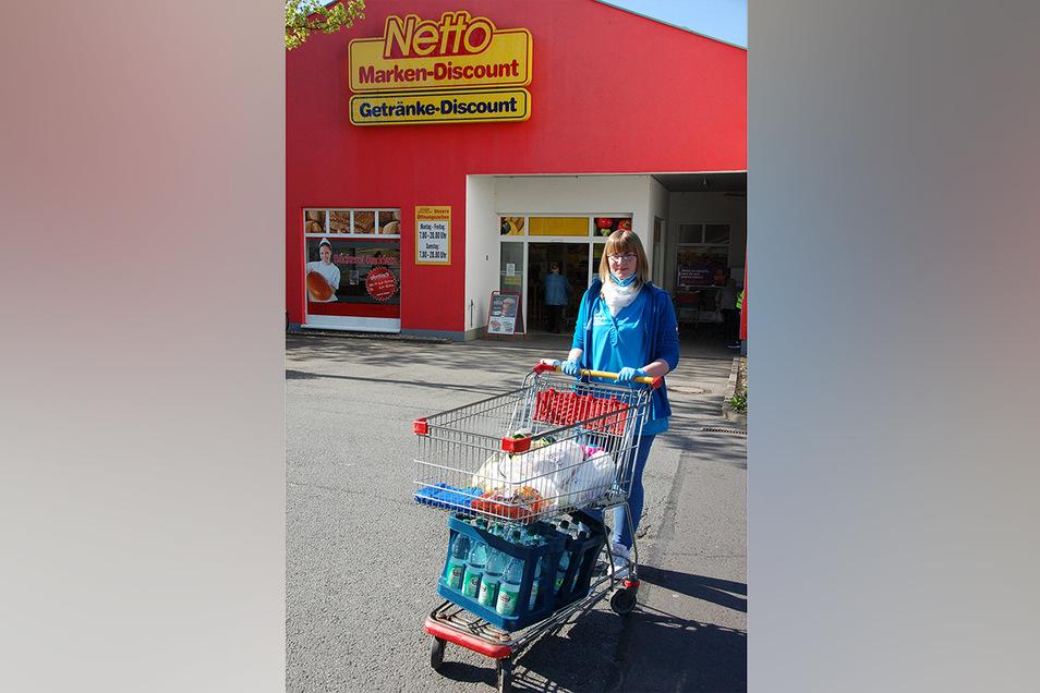 Schwester Katharina vom Pflegedienst Kerstin Klug aus Lommatzsch kauft während der Corona-Krise für alte Menschen ein.