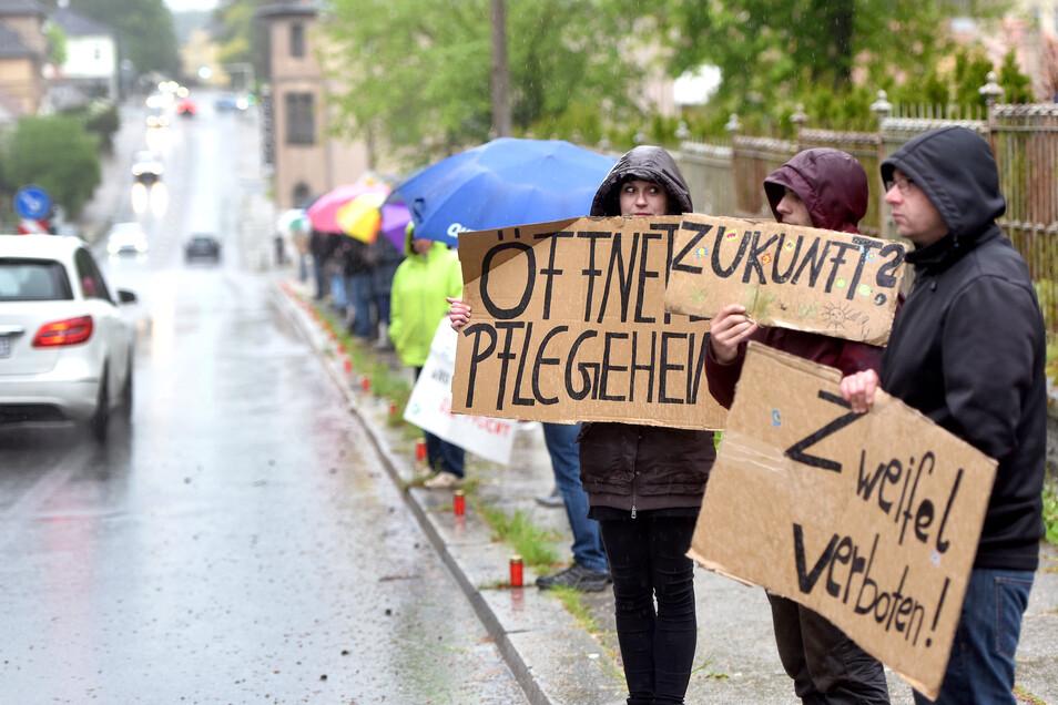"""Mit Pappschildern wie """"Zweifel verboten!"""" und """"Zukunft?"""" sowie """"Öffnet die Pflegeheime"""" haben Neugersdorfer an der Hauptstraße gestanden - und gegen die Corona-Maßnahmen demonstriert."""