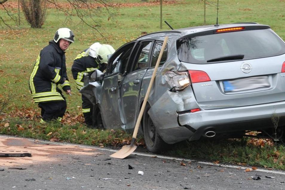 Während des Rettungseinsatzes und den anschließenden Aufräumarbeiten war die Unfallstelle vorübergehend voll gesperrt.