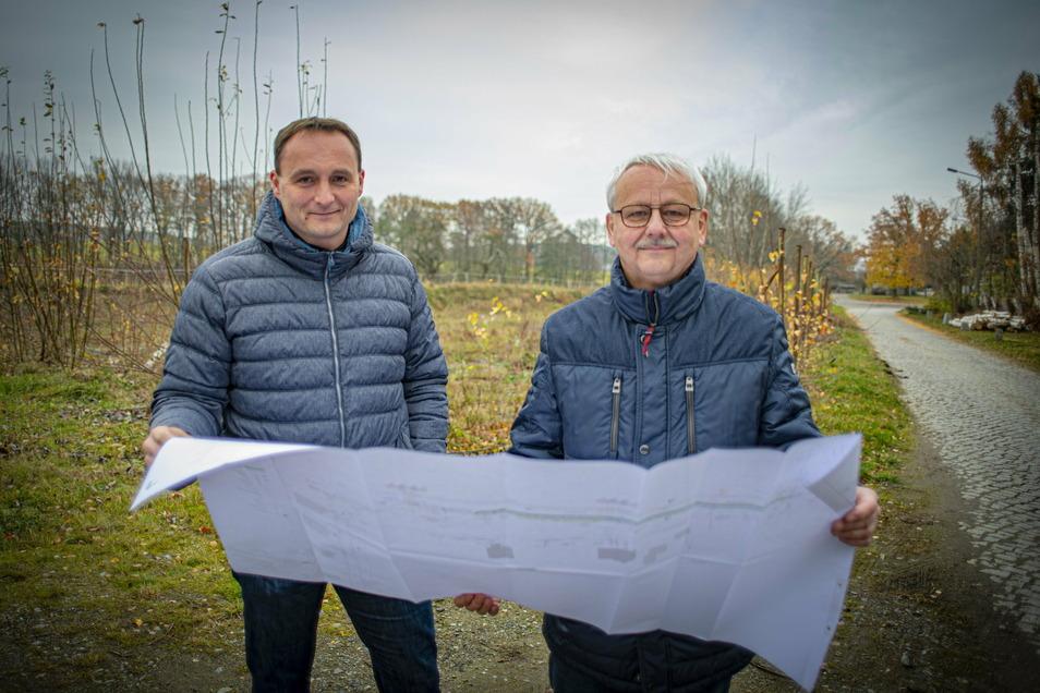 Vater und Sohn vor dem neuen Baugebiet in Rauschwitz bei Elstra: Jens (l.) und Thomas Mager betreuen das Projekt am alten Bahnhof.