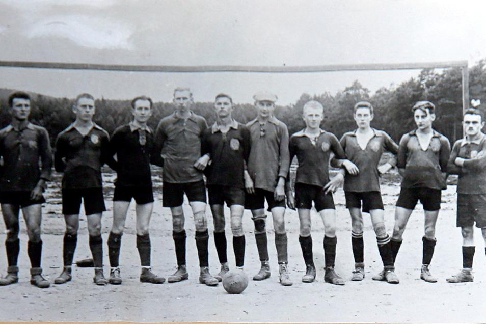 Die Fußballmannschaft von Laußnitz aus dem Jahr 1921.