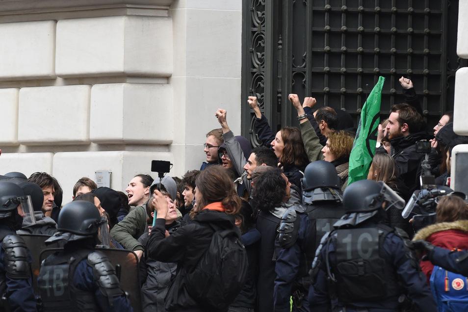 Die Aktivisten errichteten am Montagmittag Barrikaden und blockierten den Haupteingang des Hauptsitzes von Balckrock.