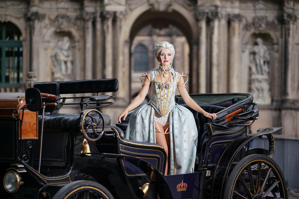 Wenn Stefanie Bock die Gräfin Cosel in der Jungen Garde spielt, ist auf der Open-Air-Bühne viel mehr Platz als im Boulevardtheater - genug für eine Fahrt mit der Droschke.
