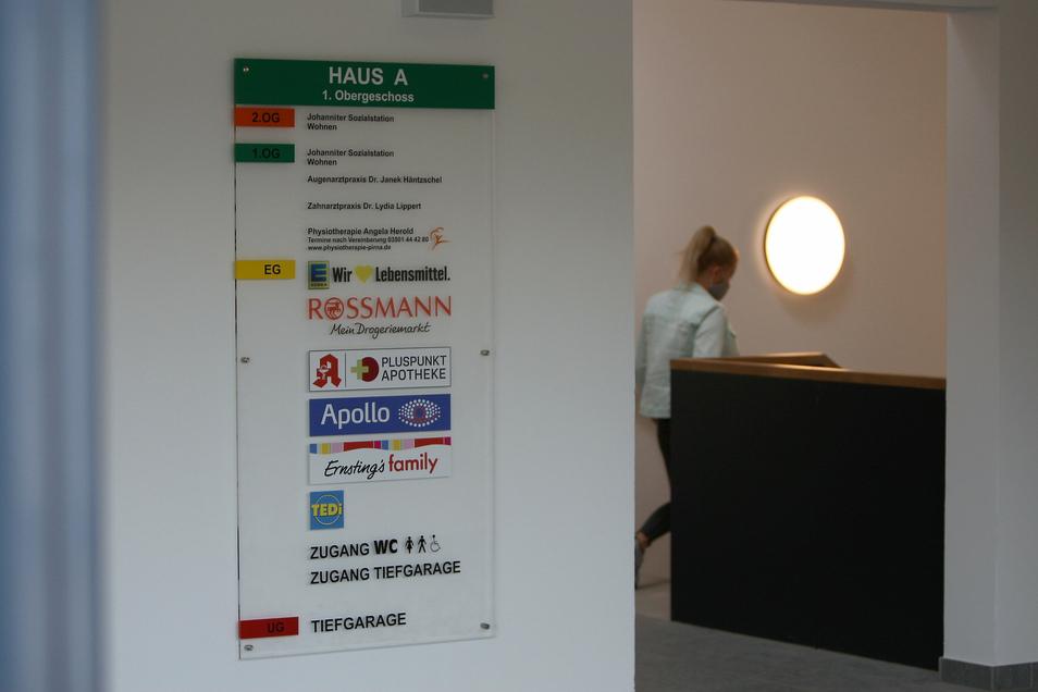 Scheunenhofcenter Pirna: Der Hinweis auf die Kundentoiletten ist etwas klein geraten.