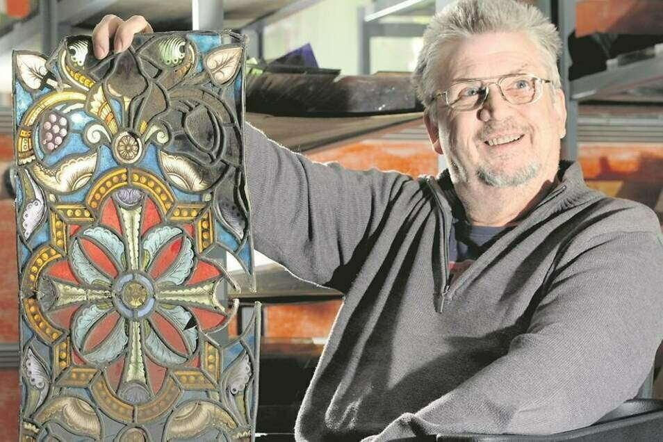 Zittauer Glasermeister Günther Engelhardt übergab 2013 freudestrahlend die Einzelstücke der Bleiglasfenster des Bürgersaales aus dem Jahr 1893. Das hier ist ein größeres Stück. Manche sind nur einige Zentimeter groß.