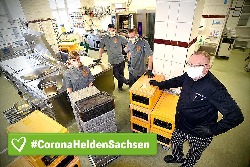 Herrnhuts Küchenleiter Hansjörg Kassner und seine Mitarbeiter Martin Israel, Sebastian Neuke und Katja Wünsche (von rechts) kochen in der Corona-Krise anders als sonst.