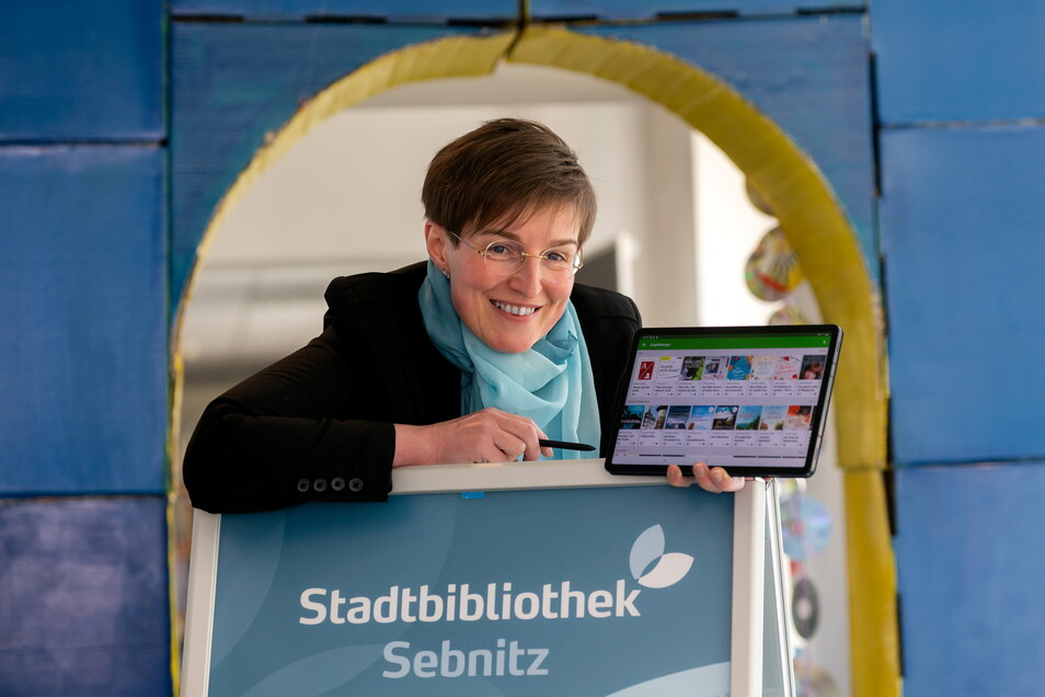 Andrea Reimann, Leiterin der Stadtbibliothek Sebnitz, verleiht E-Books und Magazine nun auch digital.