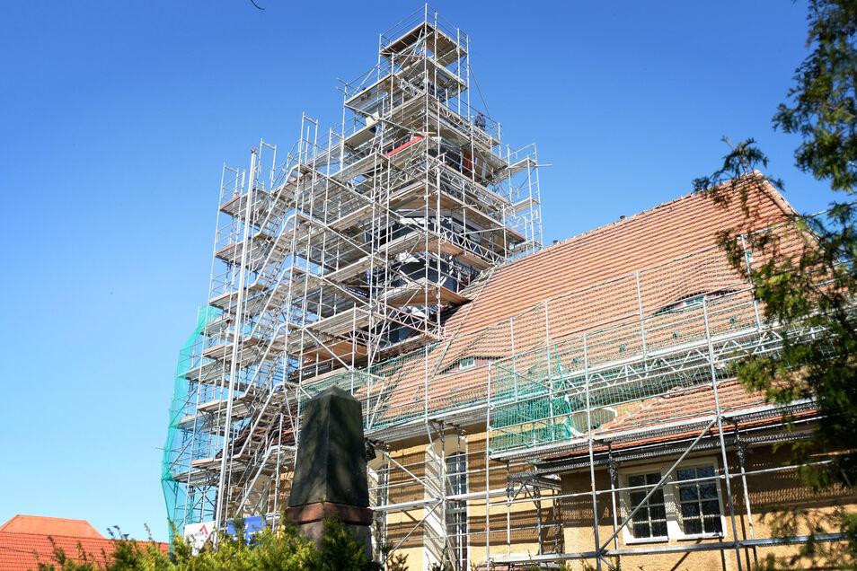 Kirchturm und Dach der Kirche in Raußlitz wird saniert.
