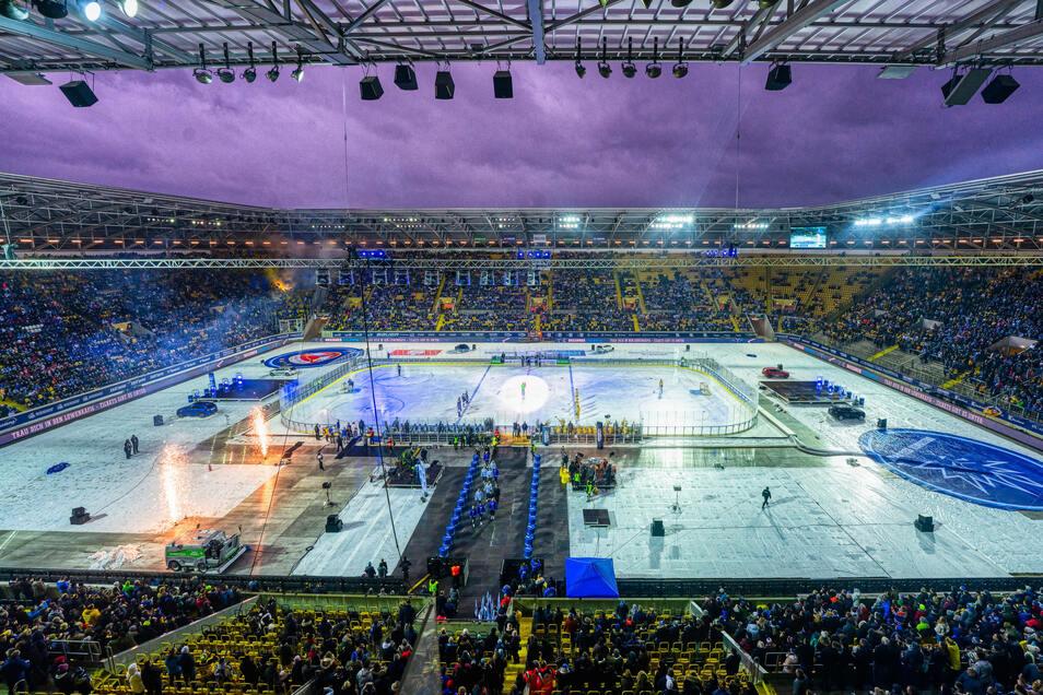 Eis auf dem Rasen: Im Dresdner Rudolf-Harbig-Stadion wurde am 4. Januar Eishockey gespielt.