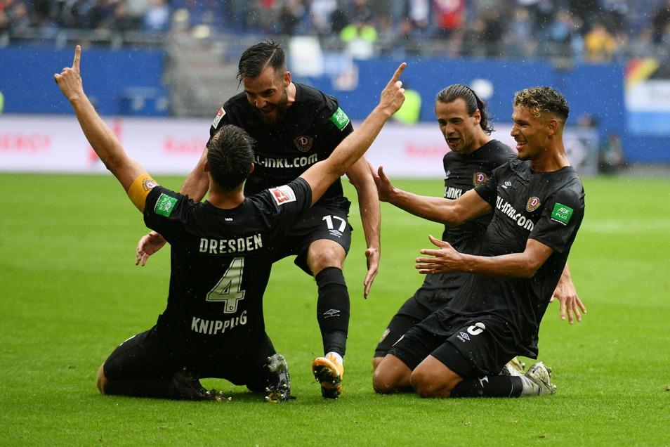 Nach seinem Tor zum 1:1 beim Hamburger SV kniet Tim Knipping (l.) jubelnd auf dem Rasen. Moris Schröter, Yannick Stark und Heinz Heinz Mörschel (v. l.) freuen sich mit dem Kapitän.