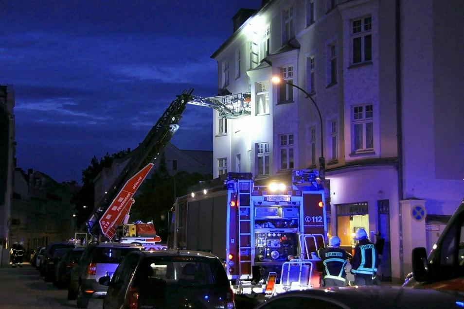 Die Feuerwehr gelang mithilfe einer Drehleiter in die verqualmte Wohnung.